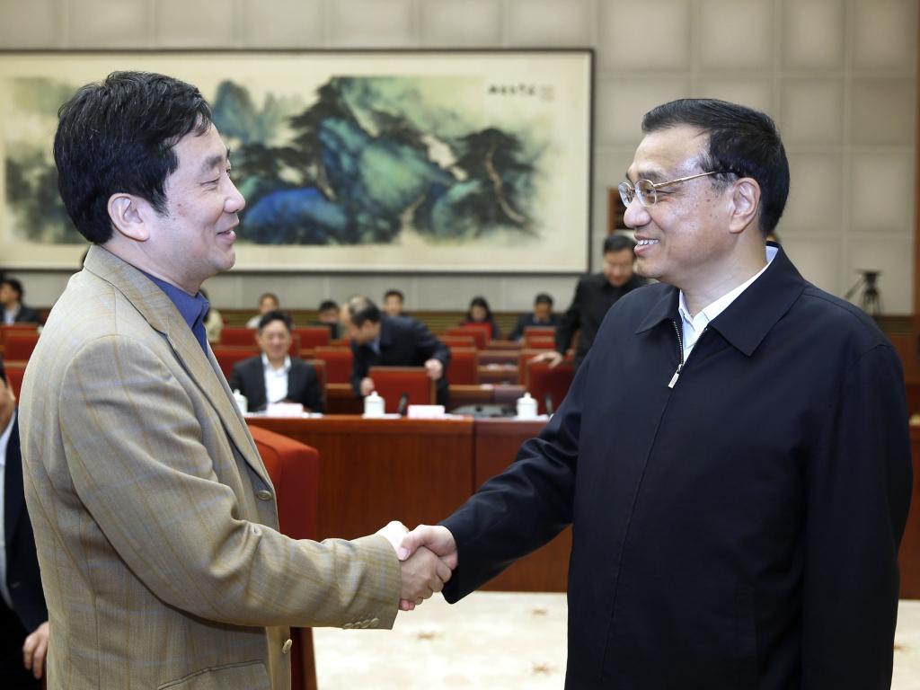 2013年4月12日,国务院总理李克强(右一)主持新一届政府首次经济形势专家和企业负责人座谈会,玉柴集团董事长晏平作为企业家代表参会。
