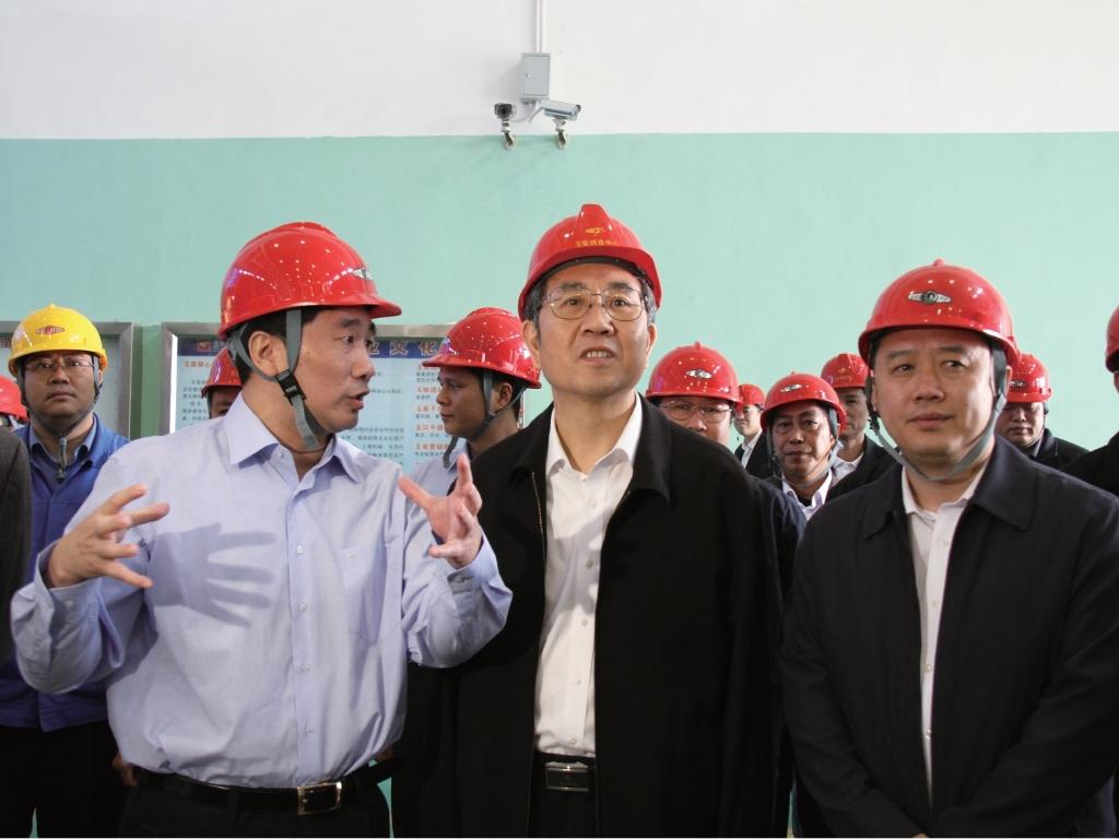2010年11月19日,时任广西壮族自治区主席,现任十三届全国政协副主席马飚(前排中)到玉柴调研。
