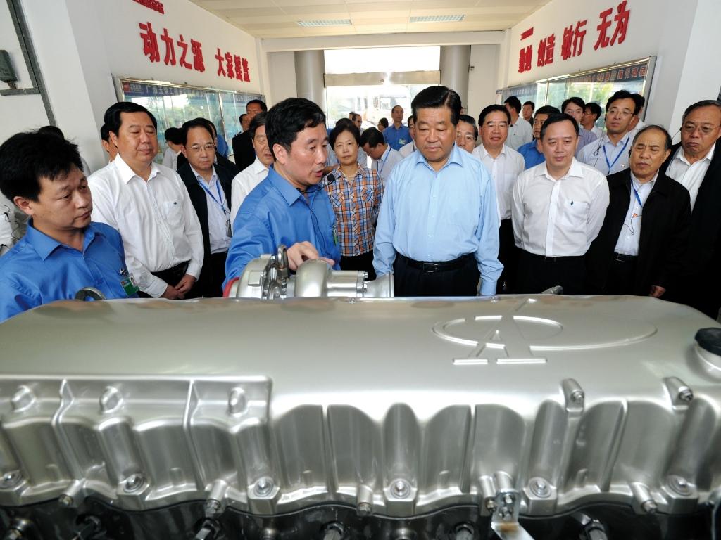2011年11月19日,时任中央政治局常委、全国政协主席贾庆林(前排右一)到玉柴考察,勉励玉柴攻克更多核心技术,打造世界一流发动机制造企业。