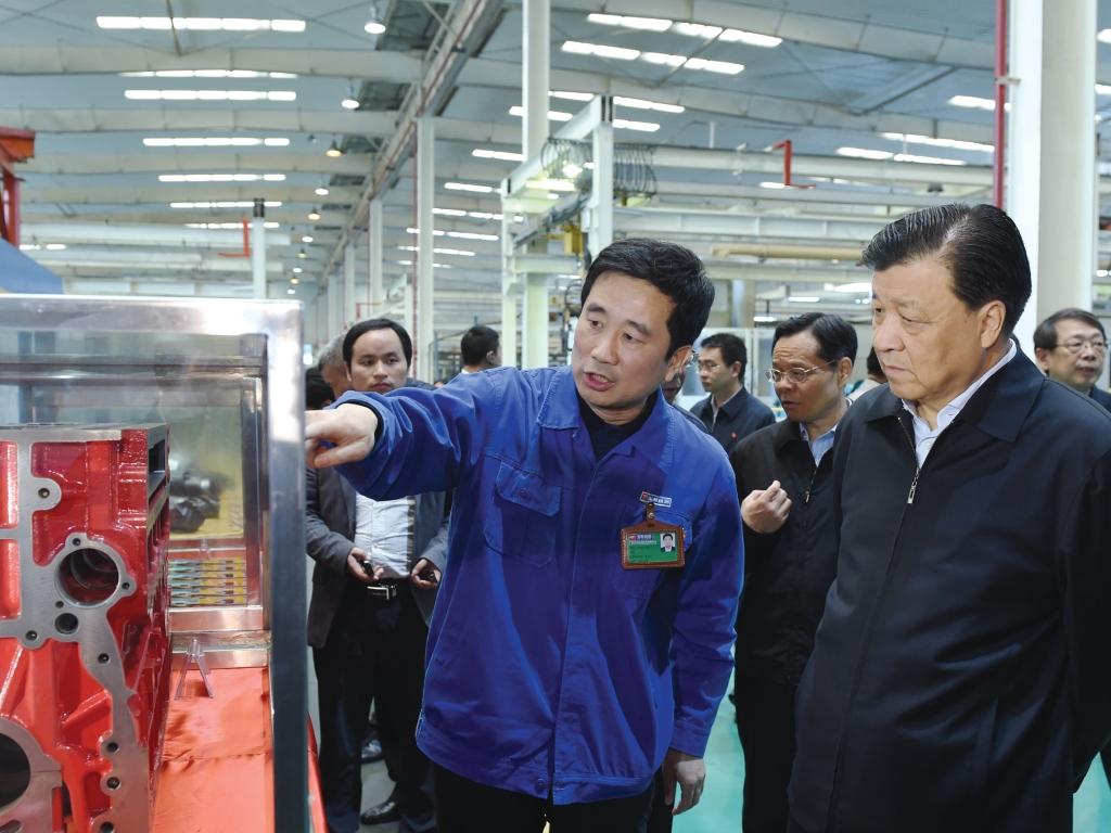 2015年4月12日,时任中央政治局常委、中央书记处书记刘云山(前排右一)到玉柴调研,勉励玉柴担负起振兴民族工业的重任。
