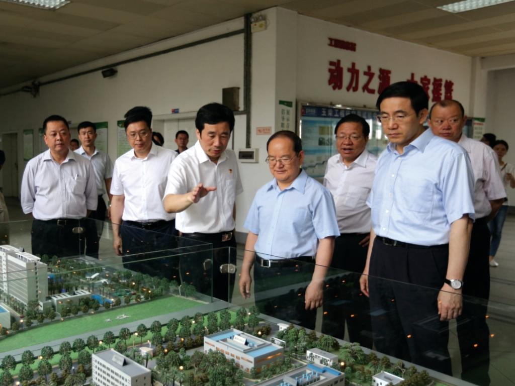 2018年5月4日,广西壮族自治区党委书记鹿心社(前排右二)到玉柴调研。