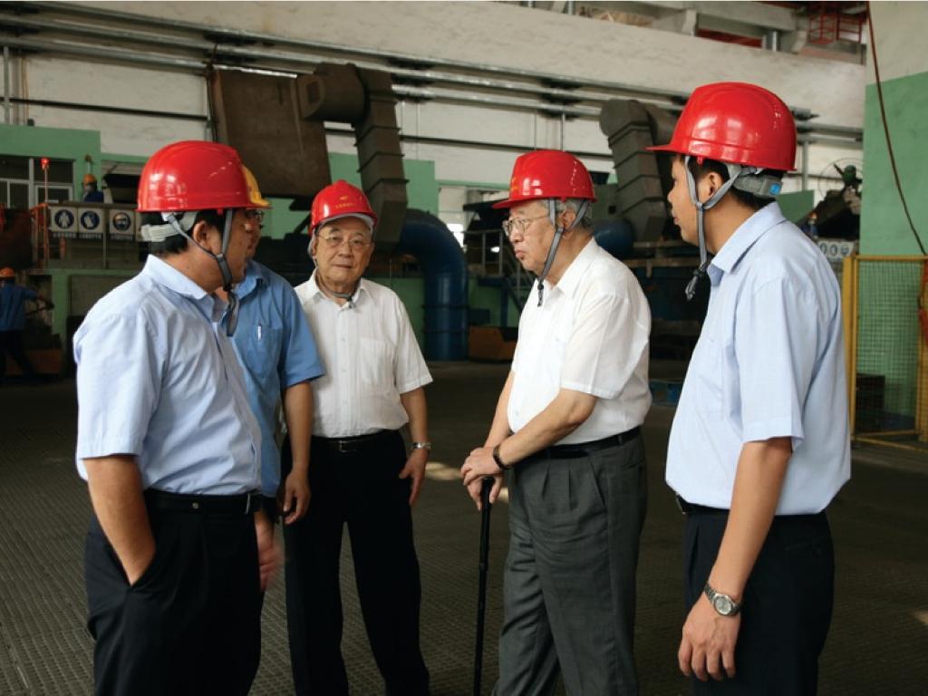 2010年10月18日,原机械工业部部长何光远(右三)到玉柴调研。